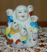 Jelzett keleti Buddha szobor gyerekekkel