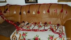 4és fél méter hosszú dekor csík 31 bojttal  -kézimunka