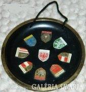Jelzett különleges címeres fém fali dísztányér