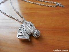 Zebra  Medal Kristalyokkal Hosszu Lancon