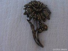Szívmelengető antik bross