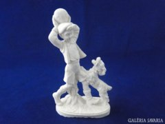 8715 Kutyával labdázó kisfiú szobor