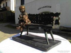 Hollókői lányka kiskakassal bronz szobor