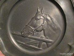 Ón tányér dombormintás ló fej motívummal