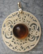 925 ezüst tartóval, faragott csonton indonéz borostyán medál