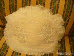 Antik batiszt fodros és hímzett ovális párnahuzat