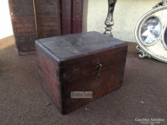 Antik bútor, kicsi dobozka.