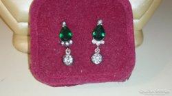 Ezüst fülbevaló smaragdzöld színű kövekkel