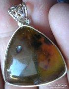 925 ezüst medál, természetes zöldes-sárga borostyánnal