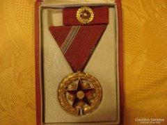 Szocialista kitüntetés eredeti dobozában