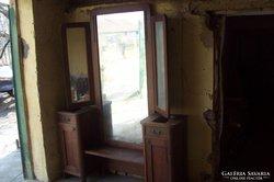 Csodás tükrös fésülködő szekrény, faragott és réz díszítés