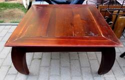 Antik bútor, faragott tömör fa dohányzó asztal