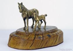 0H892 Réz ló és csikó szobor fa talapzaton
