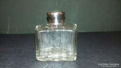 Ezüst tetejű parfümös üveg