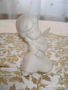 Üldögélő angyalka, porcelán karácsonyi dekoráció