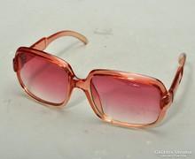 Retro szemüveg, napszemüveg. Trendy.