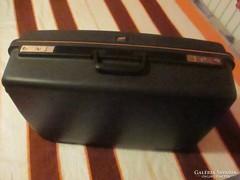 Fekete kemény anyagú gurulós bőrönd