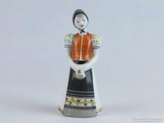 0J996 Régi hollóházi porcelán menyecske 11 cm