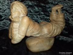 Tóth Vali terrakotta fekvő nő szobor