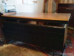 Íróasztal (párnázott, fémlábas, időtálló és méretes))