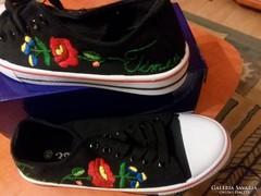 Névre szóló kalocsai mintás cipő
