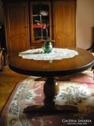Hatalmas ovális dohányzó asztal