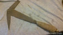 Különleges kovácsoltvas szerszám ( palázó kalapács ).