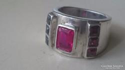 Ezüst gyűrű vaskos masszív, rubinkővel díszítve