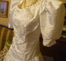 Menyasszonyi ruha madeira mintázatú bordűrrel