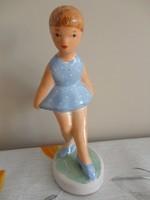 Iparművész kislány kék ruhában