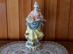 Szép festett nő szobor virágcsokorral