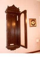 Régi falióra szekrény, képek szerinti állapotban. Méret :105x30x114 cm.