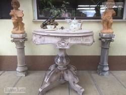 Provence bútor, fehér antikolt szalonasztal.