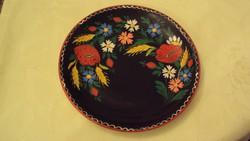 Kézzel festett, népi kerámia falitányér,mezei virágmotívummal.(átm.23 cm)