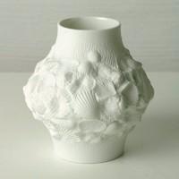 Fehér váza kagyló és tengeri motívumokkal díszítve