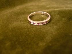 Fehér arany karika gyűrű rubinnal és brillel