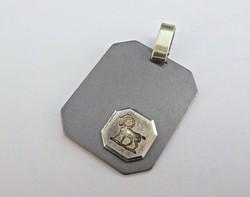 Ezüst medál aranyozott részekkel, kos horoszkóp