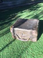 Kis méretű koffer