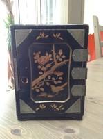 Antik fém veretes kézzel festett japán fa szekrényke