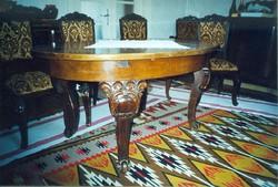 A 30-as évek elején Bécsben fargott, ó arany bársonnyal kárpitozott székek 6+2 fotel.