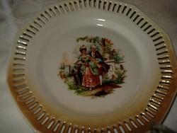 Gyönyörű csipkézett szélű  jelenetes porcelán süteményes tányér átmérője 17 cm