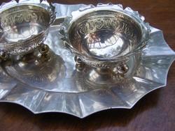 Két mesés kis csilli-villi vastagon ezüstözött cakkos szélű, cizellált fűszertartó hozzá illő tálcán