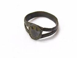 Középkori címerpajzsos gyűrű.