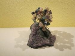 Ametiszt csiszolt kövekből álló alapon nyúgvó féldrágakő díszfa