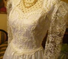 Menyasszonyiruha franciacsipke és szatén