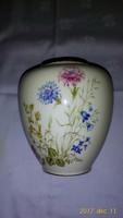 Mezeivirágos, kézzel festett krémszínű porcelán váza  13,5 cm magas