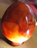 Természetes karneol-kvarc tojás rózsafa talapzaton