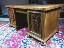 Térbe állítható  íróasztal.
