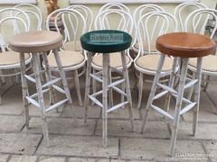 Provence bútor, antikolt fehér Thonet bárszékek.