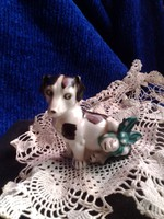 Ritka Wagner&Apel porcelán figura, tündéri,aprólékosan kidolgozott , fájós lábú miniatűr kiskutya
